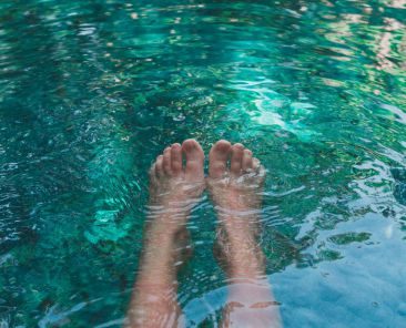 pies de mujer en aguas cristalinas